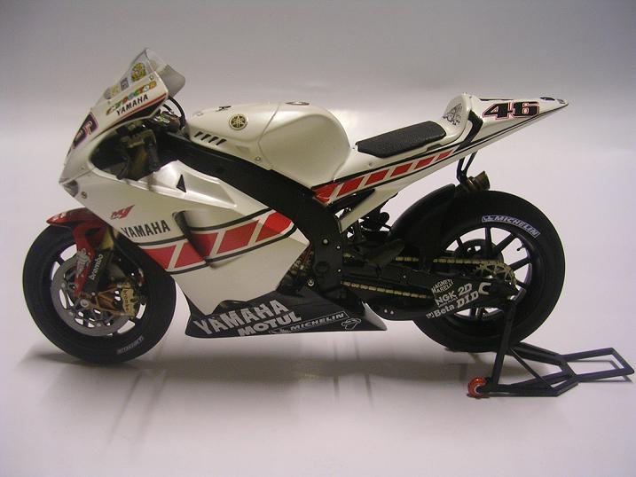 maquette moto 1/12 (hudson59640) YZR2005%20009