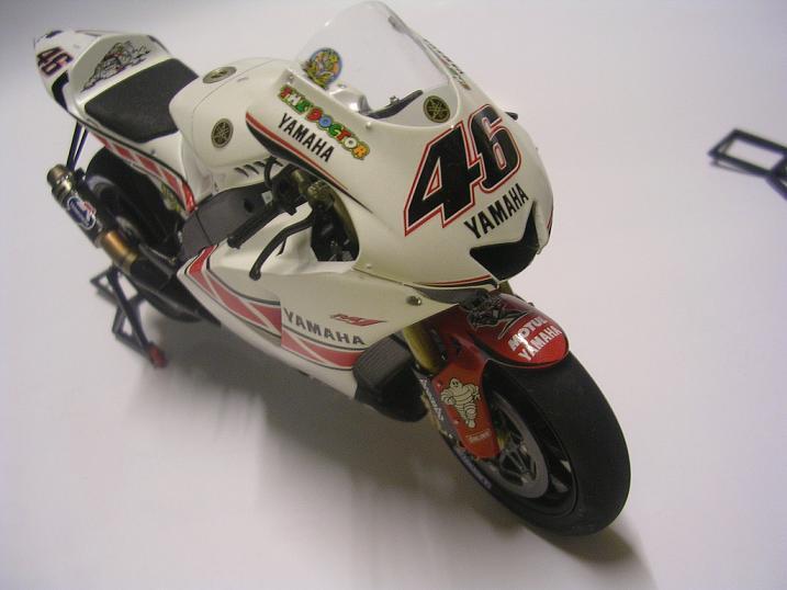 maquette moto 1/12 (hudson59640) YZR2005%20011