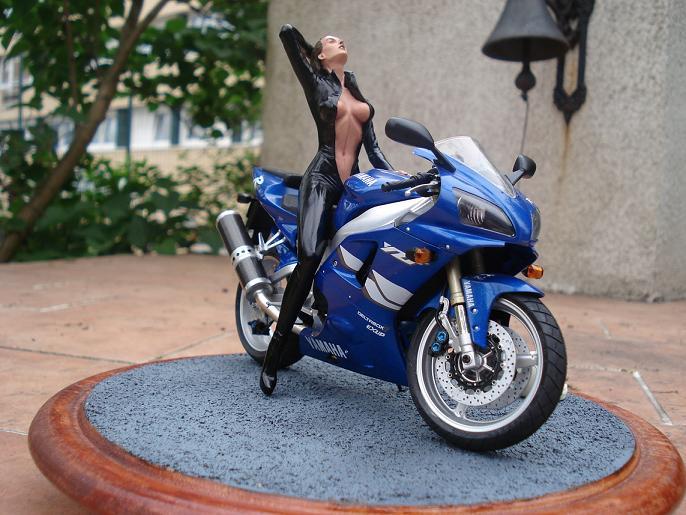 maquette moto 1/12 (hudson59640) DSC05127