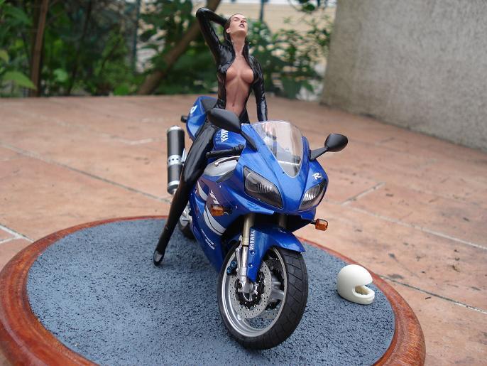 maquette moto 1/12 (hudson59640) DSC05128
