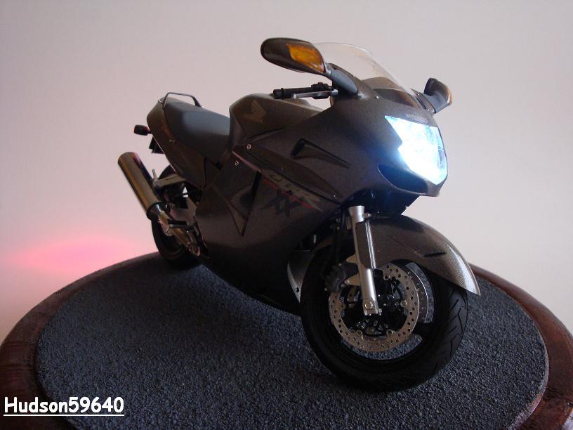 maquette moto 1/12 (hudson59640) - Page 2 DSC03386